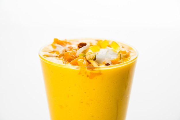 Фалуда или фалуда - популярный индийский десерт со вкусом клубники и манго, в который входят мороженое, лапша, семена сладкого базилика и орехи, выборочный фокус.