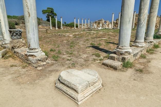 Фамагуста северный кипр колонны и мраморный камень в форме сердца на руинах саламина