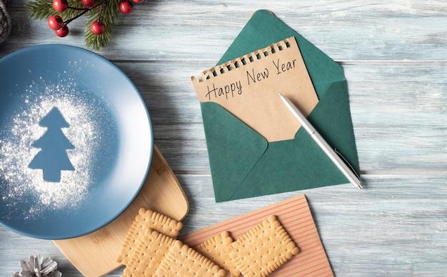 クリスマスの手紙を書く女性の手