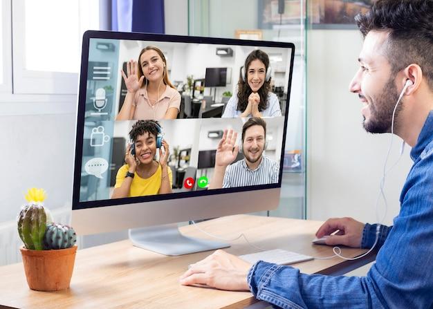 ビデオ会議を介してリモートで通信している家族は、ラップトップの画面で見ることができます。ビデオ通話でコミュニケーションを楽しむ、仮想