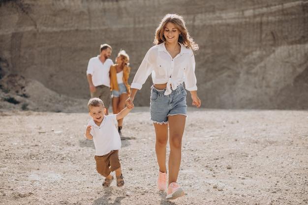 Семья все вместе веселится в песчаном карьере