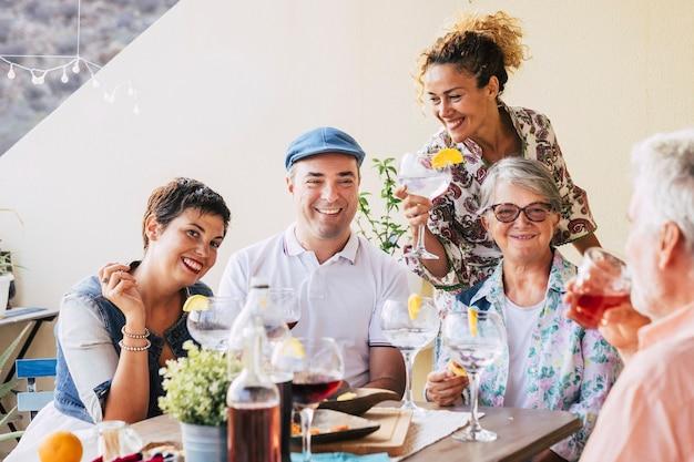 가족과 친구들이 함께 테라스에서 함께 점심 식사