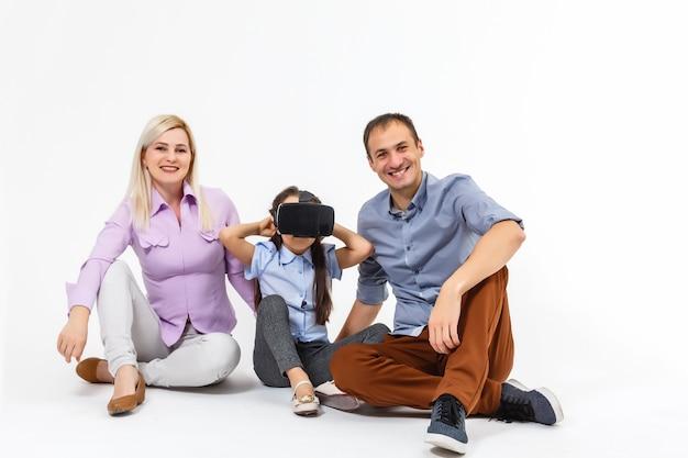 Семья и виртуальные очки на белом фоне