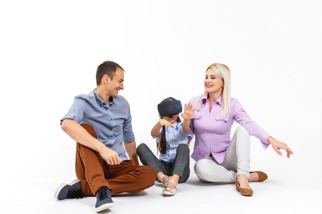 家族と仮想メガネの白い背景