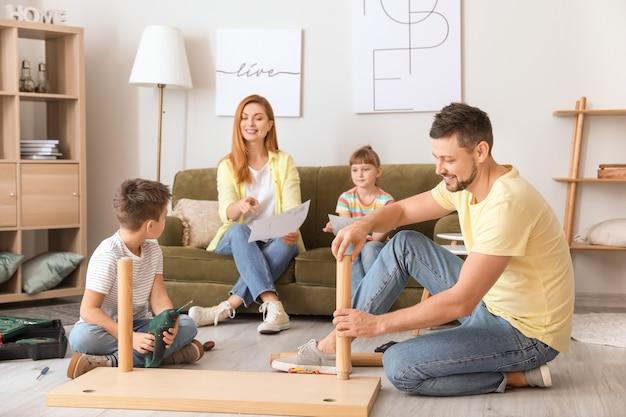Семья собирает мебель дома