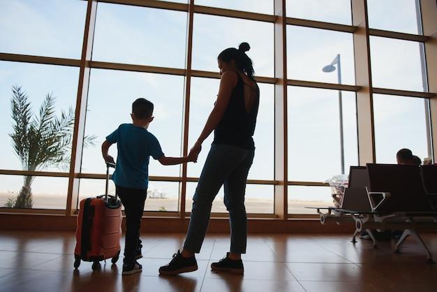Семья в аэропорту перед полетом. Premium Фотографии