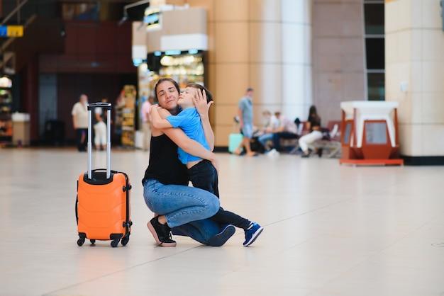 Семья в аэропорту перед полетом.