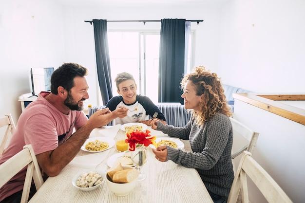家にいる家族が一緒に昼食をとり、時間を楽しんでいます