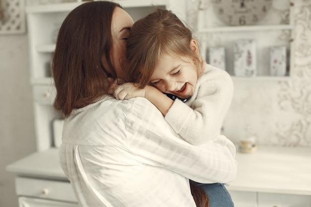 집에서 가족. 방에 딸과 어머니입니다.