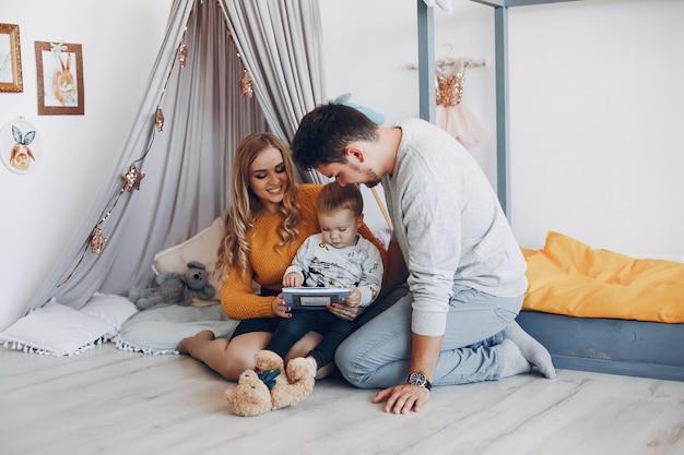 Семья дома сидит на полу