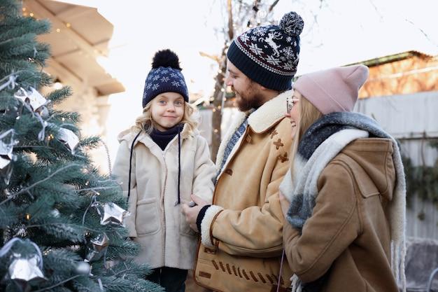겨울 미소에 크리스마스 트리 가족