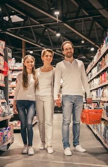 Семья в супермаркете