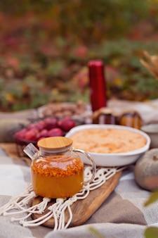 パイ、カボチャ、お茶と家族の秋のピクニック