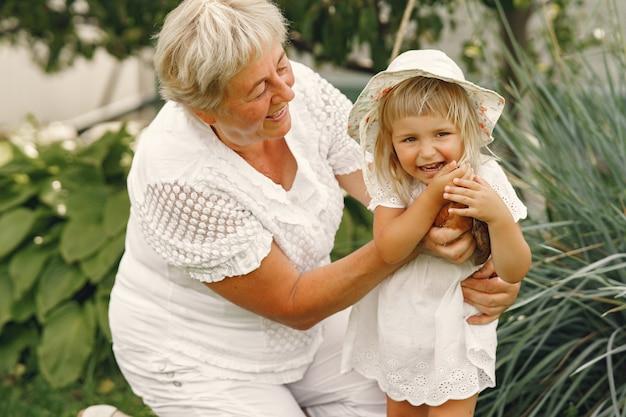 Famiglia in un anno indietro. nipote con la nonna. persone con un piccolo pollo.