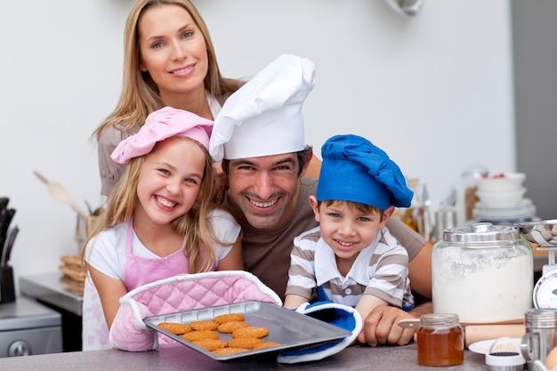 キッチンのビスケットを焼く家族の家族