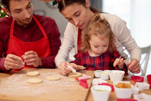 クリスマスにクッキーを焼く家族