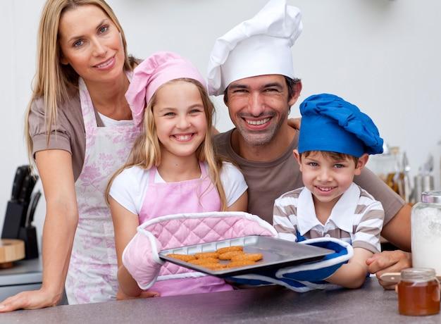 キッチンでクッキーを焼く家族