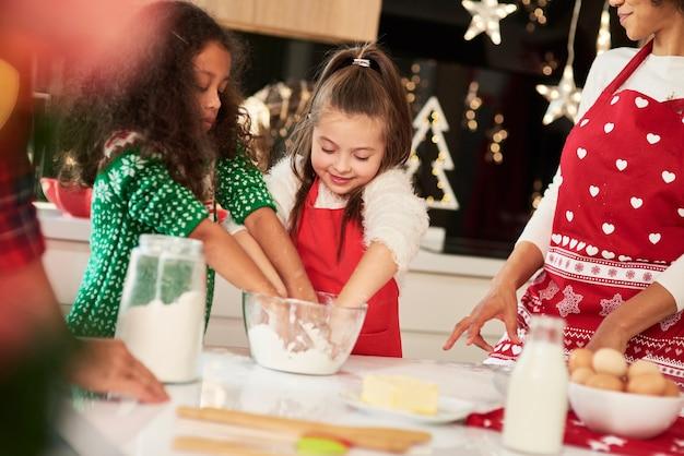 クリスマスの時期に一緒にクッキーを焼く家族