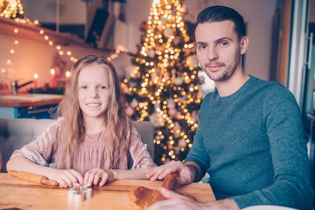 Семья, пекущая пышное печенье в рождественские каникулы