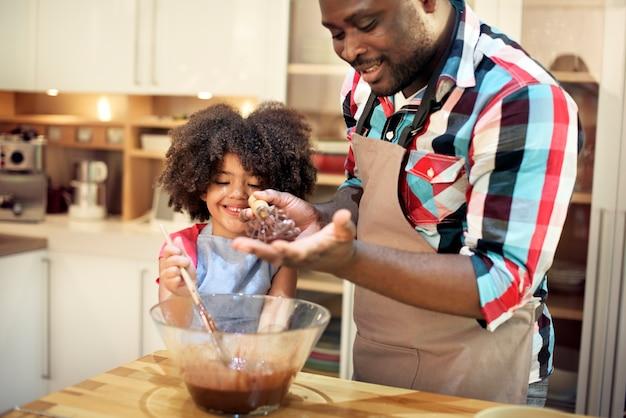 キッチンで一緒に焼く家族