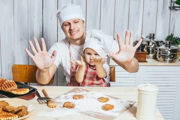 가족, 아름다운 딸 아빠 집에서 부엌 웃음과 함께 음식을 준비