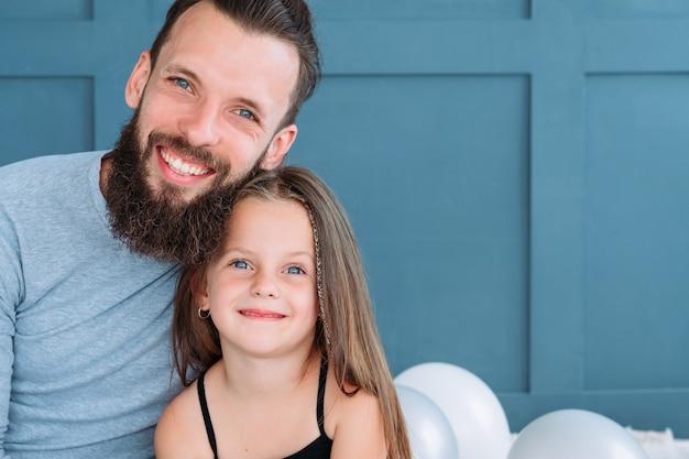 家族の絆と愛情のある関係。男と彼の娘は一緒に幸せに抱きしめ、笑顔。