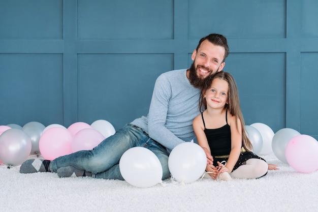 家族の絆。彼の娘を抱き締める愛情のあるお父さん。幸せな笑顔の父と子。健康な家族関係と責任ある父性。