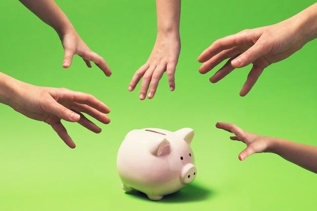 家計とその安全の手が貯金箱に届く