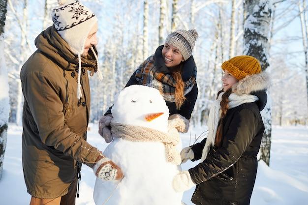 Семейное строительство снеговик