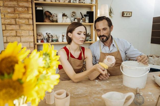 가족 사업. 가족 사업을 시작하는 동안 흥분과 성공을 느끼는 전문 도예가 부부