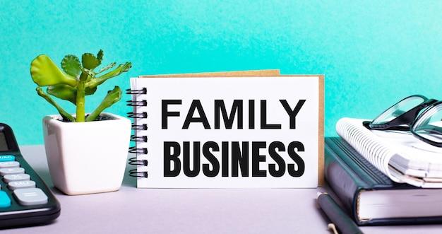 Family businessは、鉢植えの花、日記、電卓の横にある白いカードに書かれています