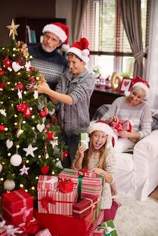 Семья занята в своем домашнем интерьере