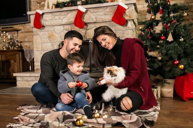 Семья у дымохода на рождество