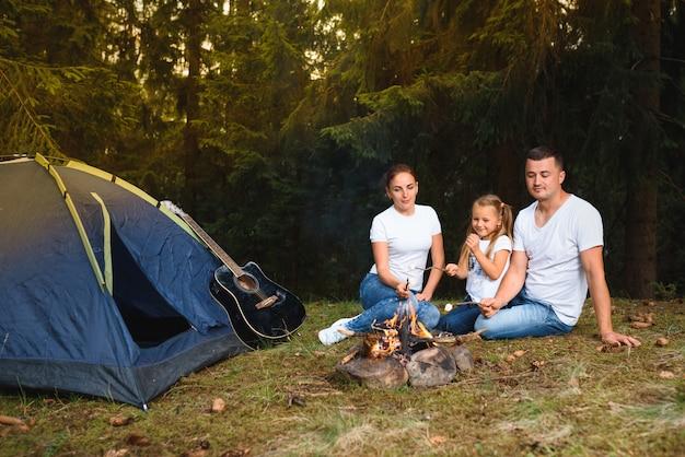 Семейный кемпинг и приготовление еды у костра