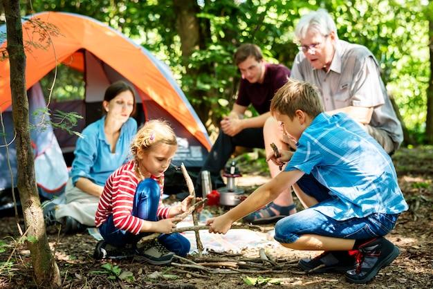 Семейный кемпинг в лесу