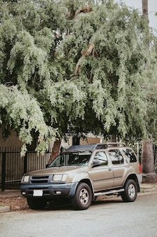 Семейный автомобиль припаркован в центре лос-анджелеса