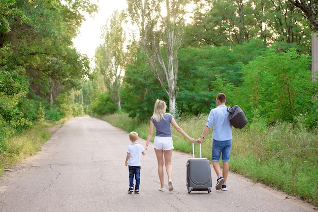 家族の車の旅。夏休み、休暇、旅行、ロードトリップ、人々のコンセプト。