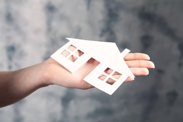家族のケアと保護保険の概念。小さな家のモデル