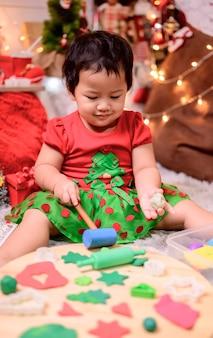 Семья празднует рождество и новый год дома. образ жизни мамы и ребенка в конце праздника сезона.