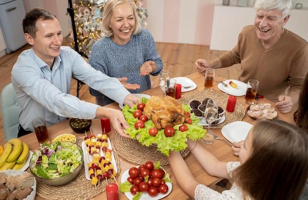 Famiglia festeggia il natale a casa