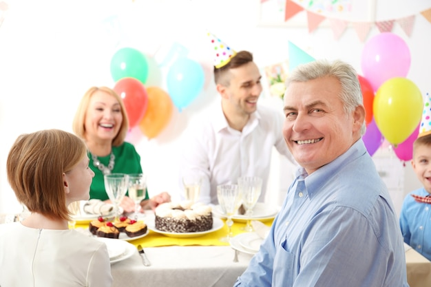 家で誕生日を祝う家族