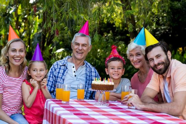 家族の庭で誕生日を祝う