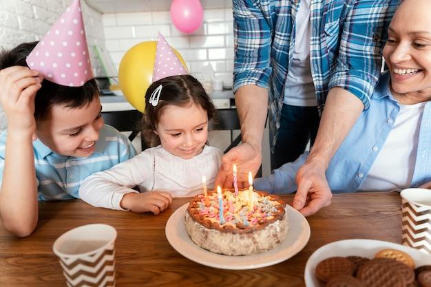 Семья празднует день рождения крупным планом