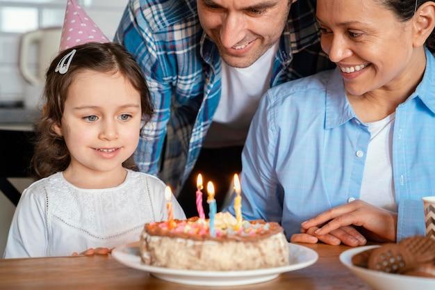 ケーキで誕生日を祝う家族