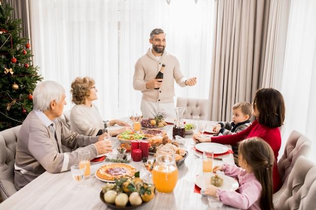 Семья празднует рождество за столом