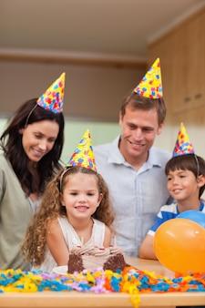 娘の誕生日を祝う家族