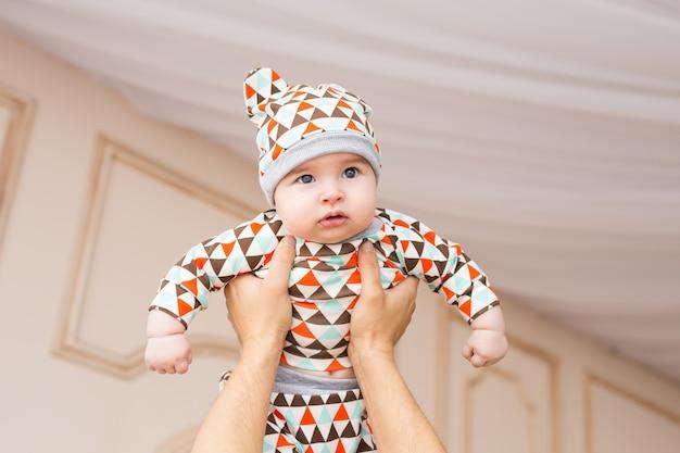 家族、子供時代、父性と人々の概念-家で幸せな父と赤ちゃんの息子
