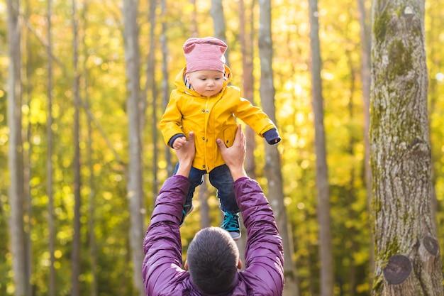 家族、子供時代、父性、レジャー、人々の概念-屋外で遊ぶ幸せな父と幼い息子。