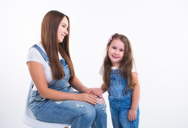 가족, 어린이, 모성 개념-젊은 어머니와 그녀의 어린 딸이 함께 시간을 보내고
