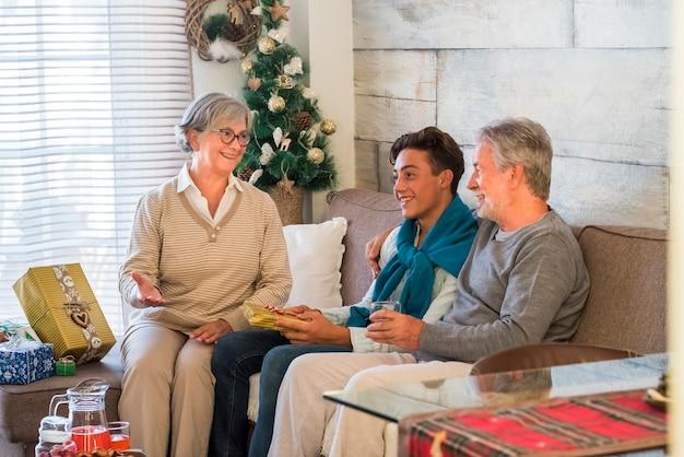 家で祖父と孫との家族のクリスマスのお祝い
